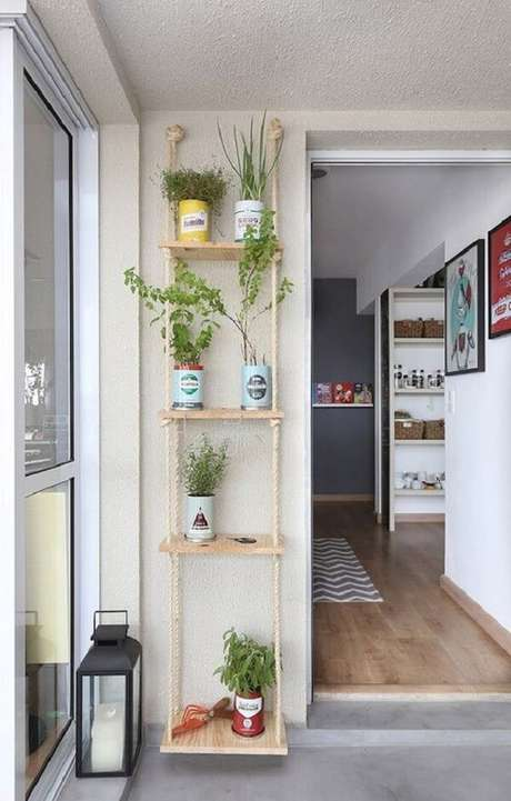 7. Na falta de espaço estruture sua horta na prateleira de corda. Fonte: MeuEstiloDecor