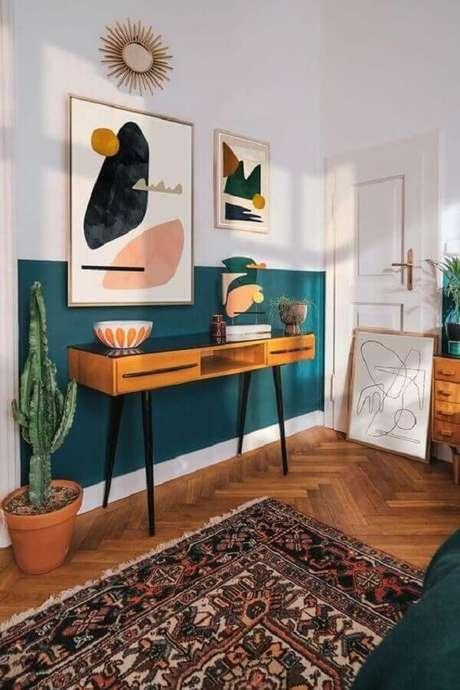 11. Decoração simples com aparador pés palito e pintura meia parede verde escuro – Foto: Behance