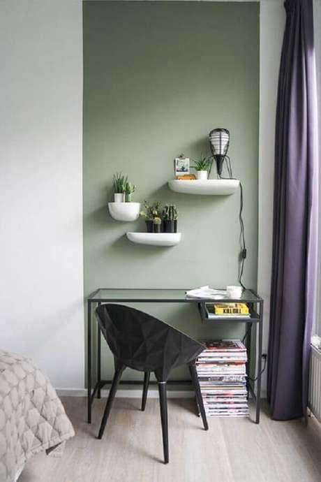 20. Decoração com pintura meia parede verde na vertical e escrivaninha pequena e simples – Foto: Behance