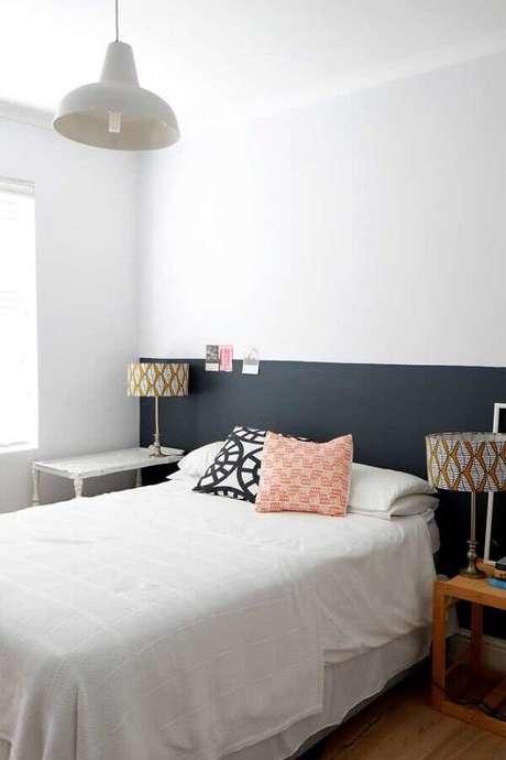 8. Meia parede cinza para quarto com decoração minimalista – Foto: Apartment Therapy