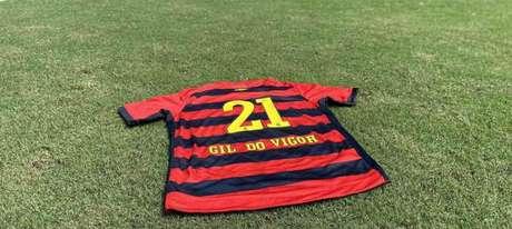 Camisa do Sport personalizada para Gil do Vigor que ficou exposta na loja oficial do clube(Reprodução / Twitter)
