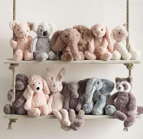 28. Organize as pelúcias na prateleira de corda e madeira. Fonte: Pinterest