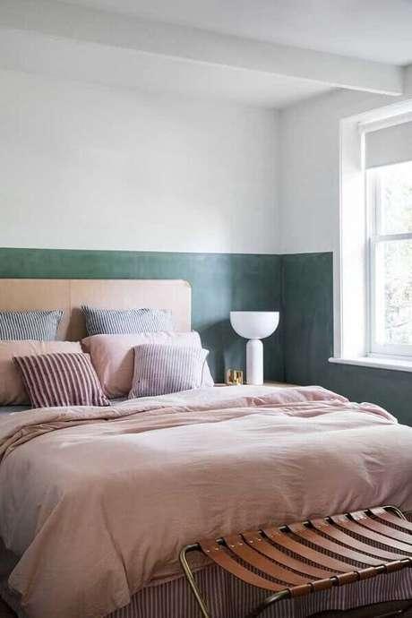 18. Decoração clean para quarto de casal com abajur branco moderno e pintura meia parede – Foto: Apartment Therapy