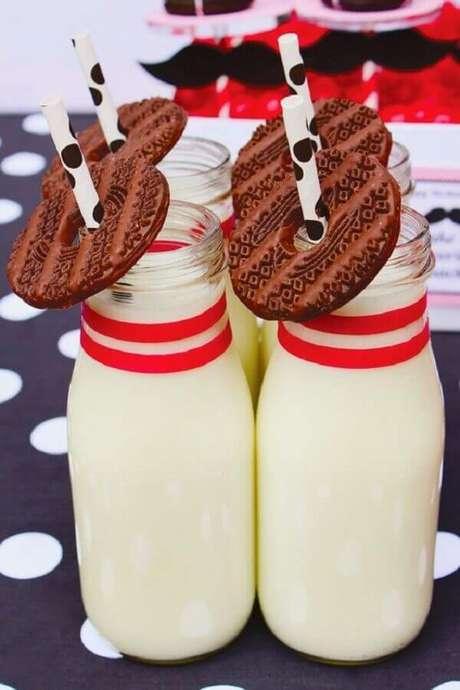 55. Garrafinhas de leite com biscoitos de chocolate para festa do pijama – Foto: Pinterest