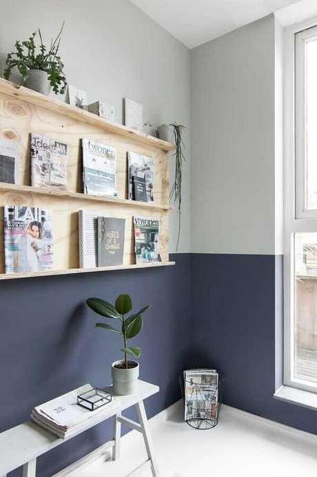 35. Meia parede cinza claro e escuro decorada com prateleira de madeira – Foto: Pinterest
