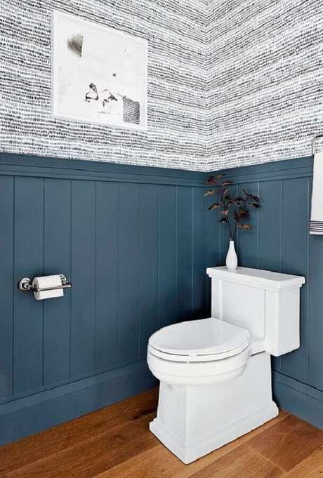 37. Meia parede cinza para decoração de banheiro com papel de parede – Foto: Rebecca Atwood Designs