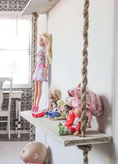 20. Posicione bonecas e pelúcias sobre a prateleira de corda. Fonte: Pinterest