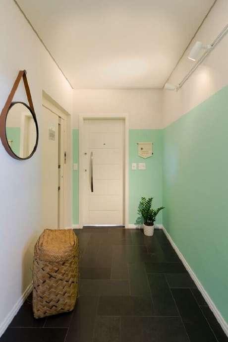 24. Decoração meia parede para corredor branco e verde – Foto: Dobra Arquitetura