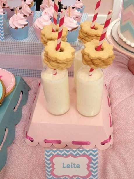 62. Mesa de festa do pijama com garrafinhas de leite e biscoitos – Foto: Constance Zahn