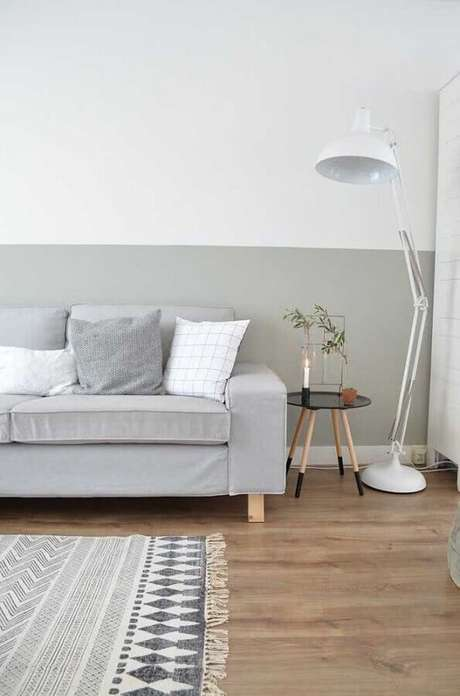 60. Decoração minimalista para sala de estar com meia parede cinza claro – Foto: Apartment Therapy