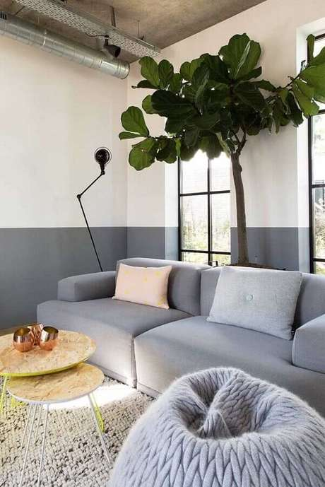 59. Sala de estar decorada com meia parede cinza – Foto: Apartment Therapy