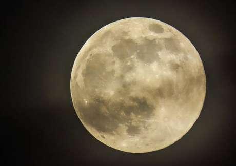 Superfície da Lua é coberta por uma areia contendo minerais
