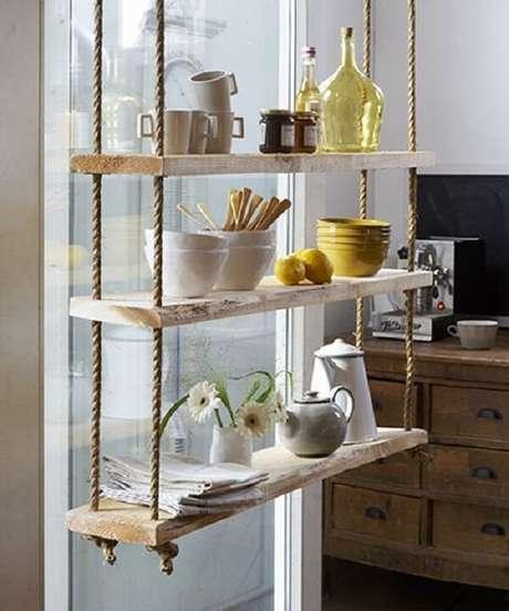44. A prateleira de corda traz um charme a parte para a cozinha. Fonte: Pinterest