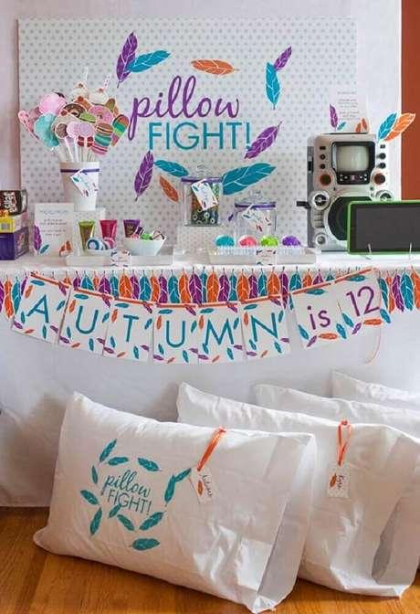 5. Guerra de travesseiros é uma das ideias para festa do pijama que não pode faltar