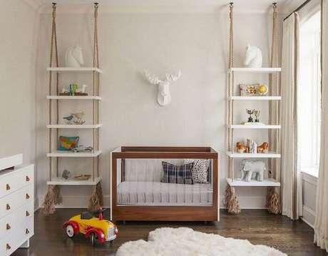 19. Prateleira de madeira suspensa por corda para decoração de quarto de bebê. Fonte: Elle Decoration