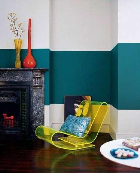40. Meia parede sala decorada com lareira antiga – Foto: Pinterest