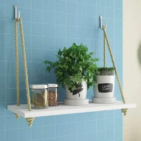 49. A prateleira de corda e madeira decora a cozinha e ajuda na organização de itens. Fonte: Pinterest