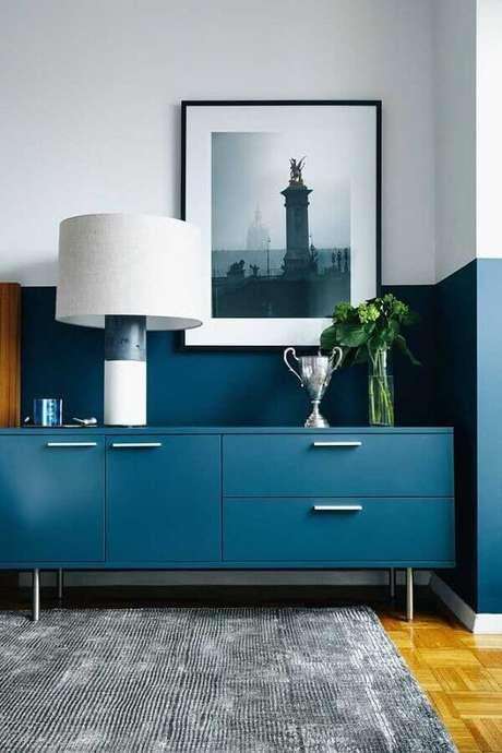 15. Decoração com buffet e meia parede azul – Foto: Jeito de Casa