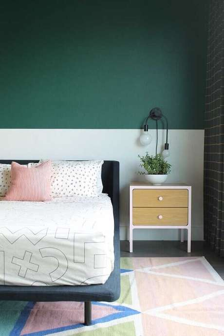 48. Decoração clean para quarto de casal com meia parede verde e branca – Foto: Houzz