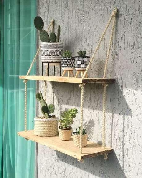 37. Decore a varanda do imóvel com a prateleira de corda e madeira. Fonte: Casinha_Dadali