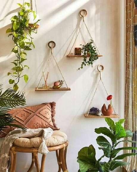 42. Crie um cantinho especial com plantas e decore com prateleira de corda. Fonte: Pinterest