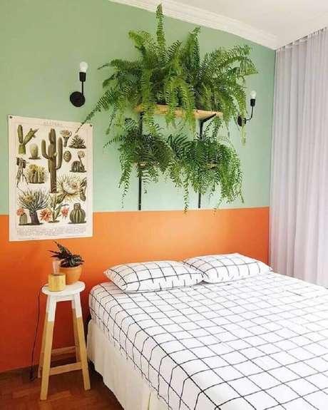 23. Pintura meia parede para quarto simples decorado com vasos de samambaia – Foto: Pinterest