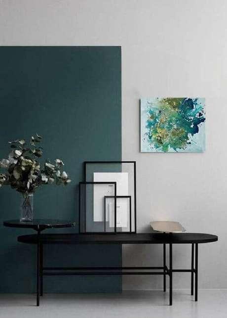 26. Decoração moderna com meia parede vertical verde escura – Foto: Behance