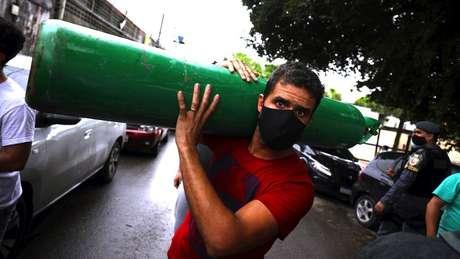 Em Manaus, familiares tiveram de comprar oxigênio de vendedores particulares para tratar de parentes doentes