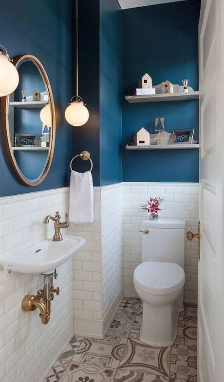 57. Banheiro pequeno decorado com revestimento meia parede branco e azul – Foto: Home Awakening