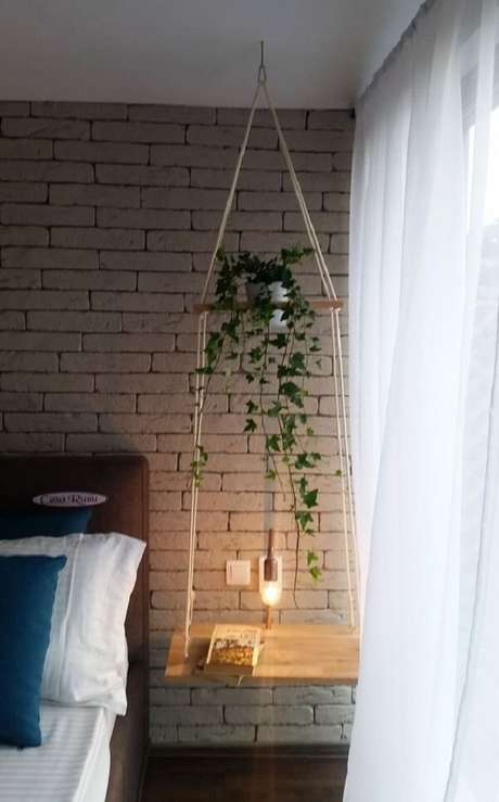 30. No dormitório a prateleira de corda foi posicionada no lugar do criado-mudo. Fonte: Viajando no Apê