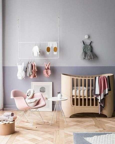 25. Tons de cinza para quarto de bebê decorado com pintura meia parede – Foto: Behance