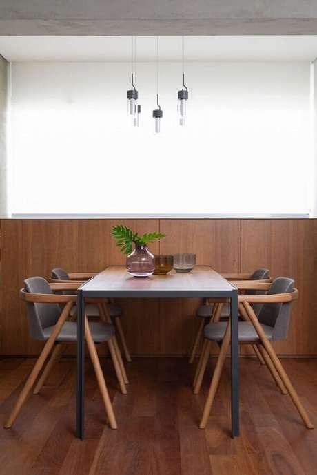 6. Decoração moderna de sala de jantar com meia parede de madeira – Foto: Casa de Valentina