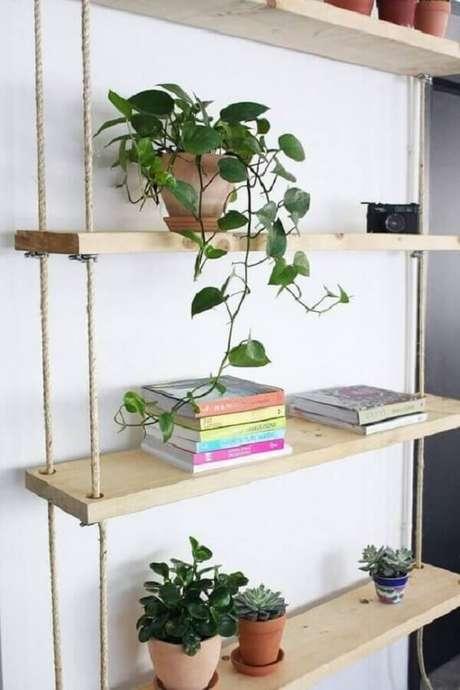 26. Organize os livros na prateleira de madeira com corda. Fonte: Ligia Batschke