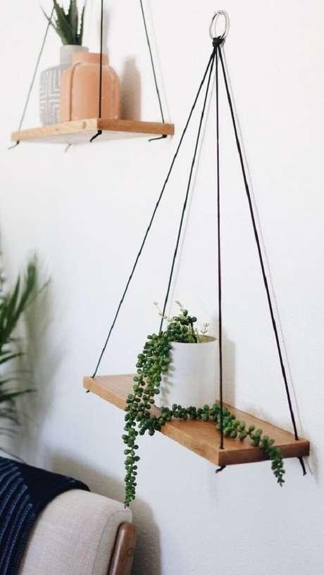 21. Posicione a prateleira de corda em diferentes alturas na parede. Fonte: Pinterest