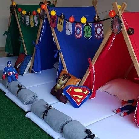 48. Decoração de festa do pijama com cabaninhas inspiradas em super heróis – Foto: Pinterest