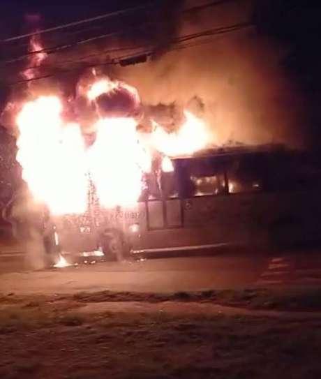 Ônibus do transporte coletivo foi incendiado durante a madrugada, no Parque Vitória Régia, em Sorocaba