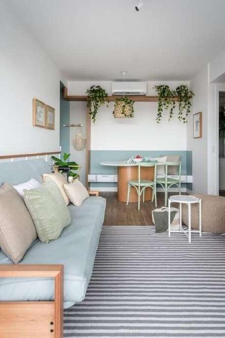 45. Pintura meia parede azul claro para decoração de sala de estar e jantar integradas – Foto: Histórias de Casa