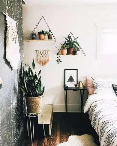 9. Vasos de plantas sobre a prateleira de corda decoram o quarto. Fonte: Viajando no Apê
