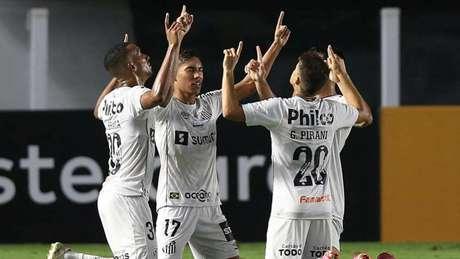 Jogadores do Peixe comemoram um dos gols da equipe contra o The Strongest (Foto: ALEXANDRE SCHNEIDER / AFP / POOL)