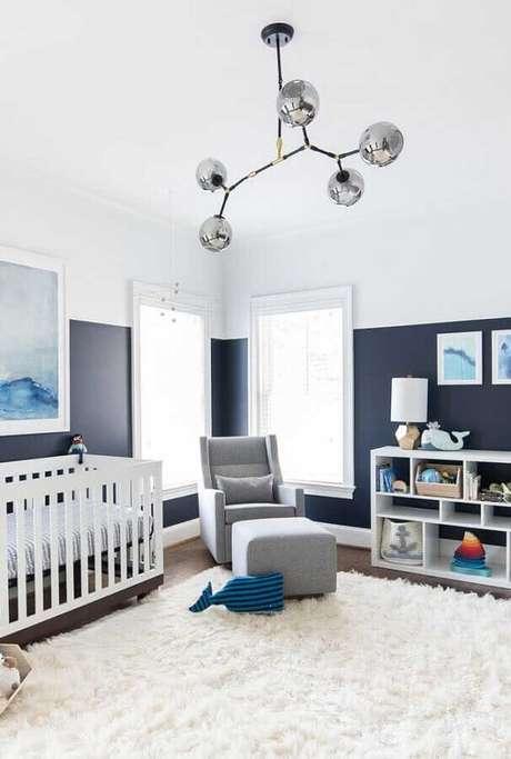 36. Decoração meia parede pintada quarto de bebê amplo cinza e branco – Foto: Pinterest