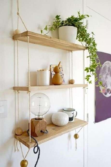 33. Escolha uma planta pendente para decorar a prateleira de madeira com corda. Fonte: Viajando no Apê