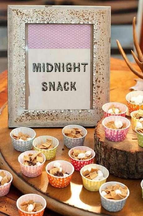 61. Mesa de cereais para decoração festa do pijama – Foto: Tinyme