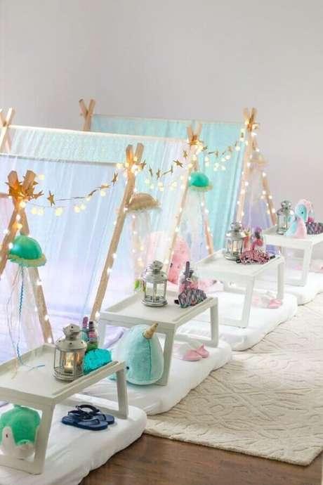 46. Decoração clean com cabana para festa do pijama – Foto: Under The Teepee