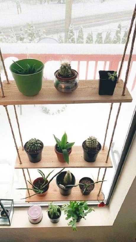 17. Posicione sua prateleira de corda na janela com vasos de plantas. Fonte: Pinterest