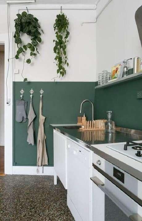 9. Decoração simples de cozinha com meia parede verde e branca – Foto: Iaza