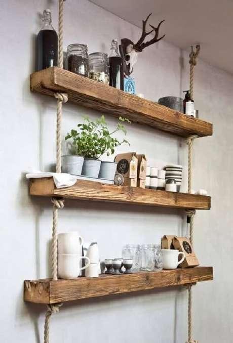 15. Reutilize pedaços de pallet e crie sua prateleira de corda e madeira. Fonte: Pinterest