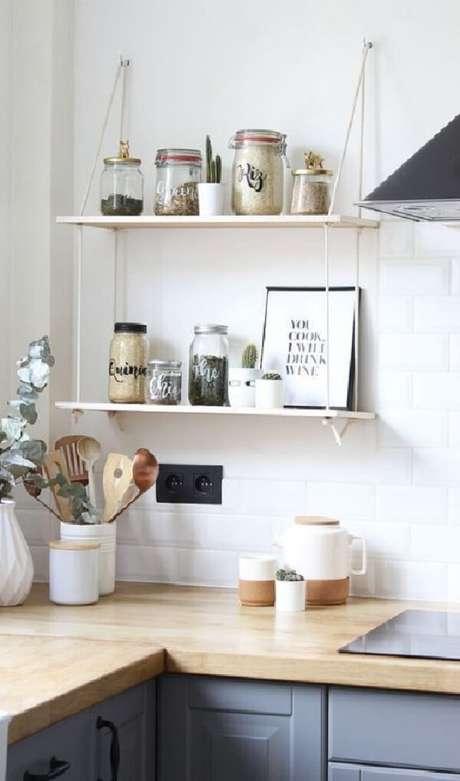 3. Aproveite a parte de cima da bancada da cozinha para fixar sua prateleira de corda. Fonte: Pinterest