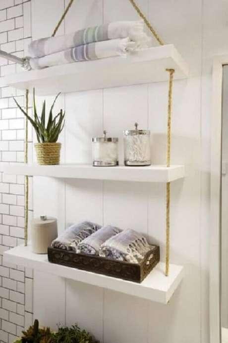 25. Organize os itens do banheiro na prateleira com corda de sisal. Fonte: Homedit