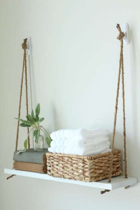 29. Organize as toalhas de rosto do banheiro na prateleira de corda. Fonte: Pinterest