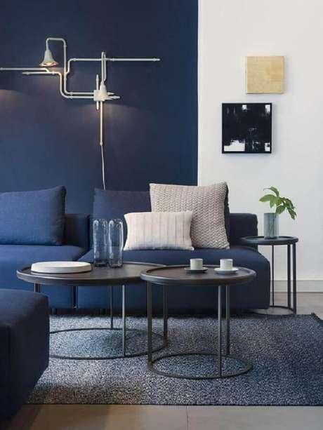 63. Sala moderna azul e branca decorada com meia parede na vertical – Foto: Futurist Architecture